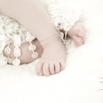 024_babyfuesschen_in_spitze_gewickelt