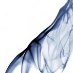 Blaue Rauchfigur Frau die sich anlehnt